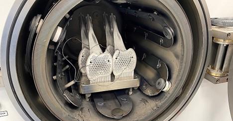 Sveže štampane pedale su spremne da izađu iz štampača.